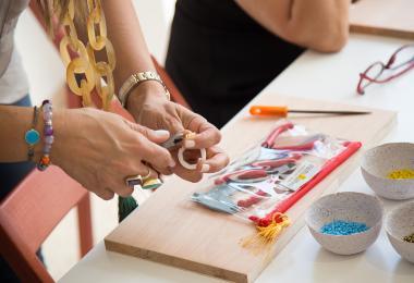 أنامل لوماني : تقنيات صناعة المجوهرات بالتعامل مع الأسلاك