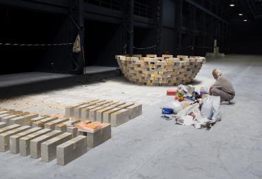 تركيب دقيق للكتل الخرسانية لمشروع الكرة الذهبية - مشاريع عزيزة شاعوني
