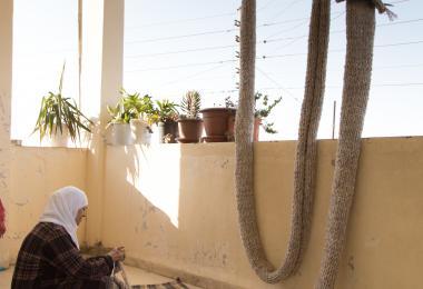 مساعدة الحرفيات المحليات الماهرات في صناعة الانترلاك - انترلاك - راية قسيسية ونادر طهراني (NADAAA)