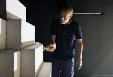 صنع 'صانع الزجاج' - أحمد جالوق، تركيب فني لسهل الحياري