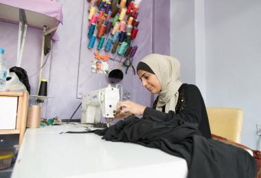 الخيّاطة تساعد في صنع الملابس لمجموعة اديلينا جويس عيسى