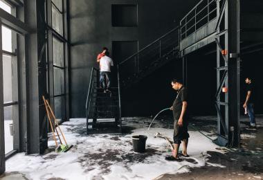 عمال البناء يساعدون في بناء معرض الهنجر
